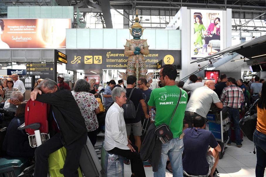 大批旅客滯留在曼谷蘇凡納布國際機場。