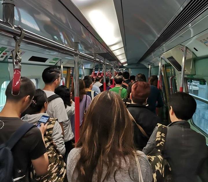 東鐵有乘客需要落車步行。網民Kelvin Ling圖片