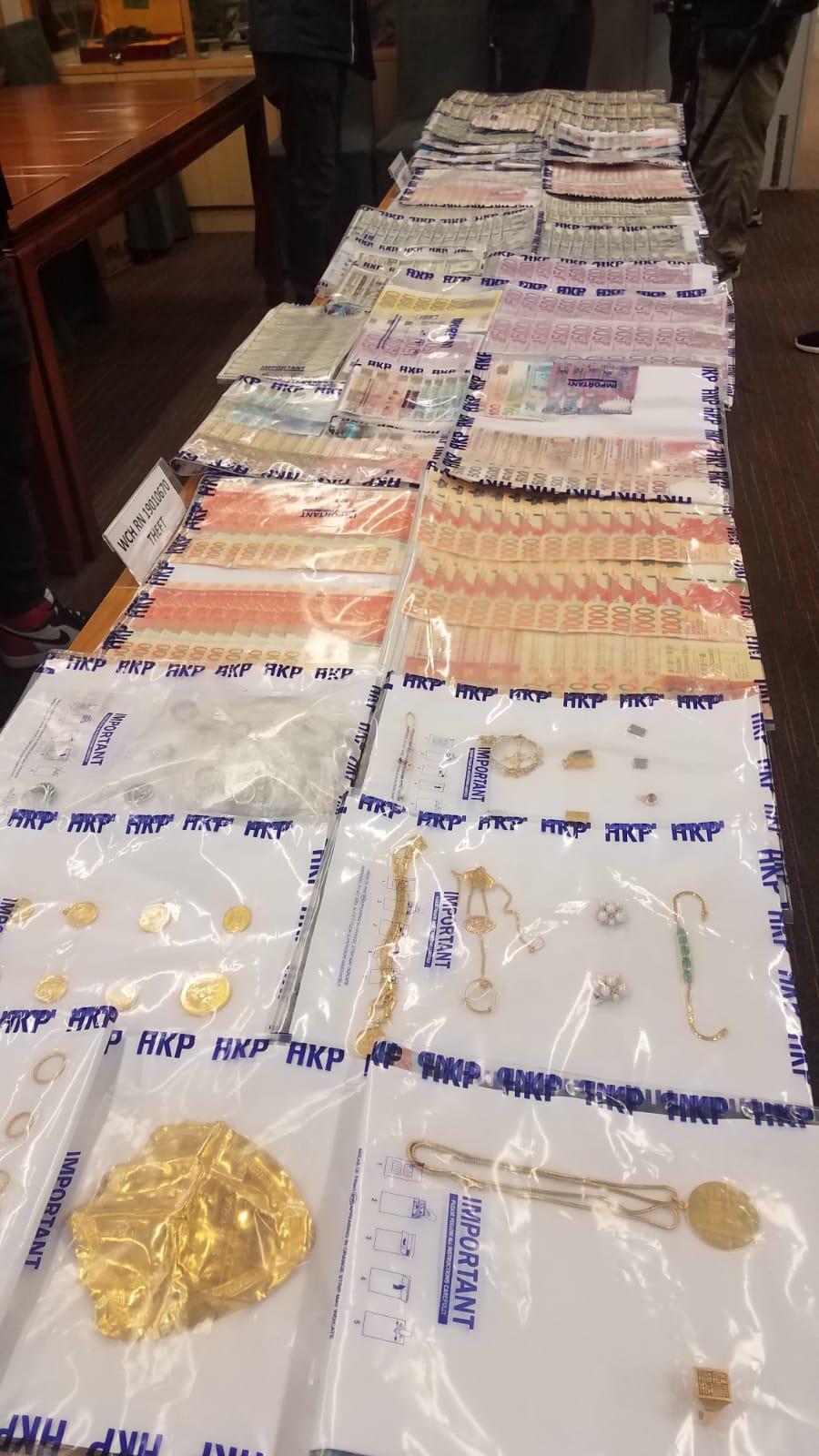 警方搜出大批現金、外幣及金器。