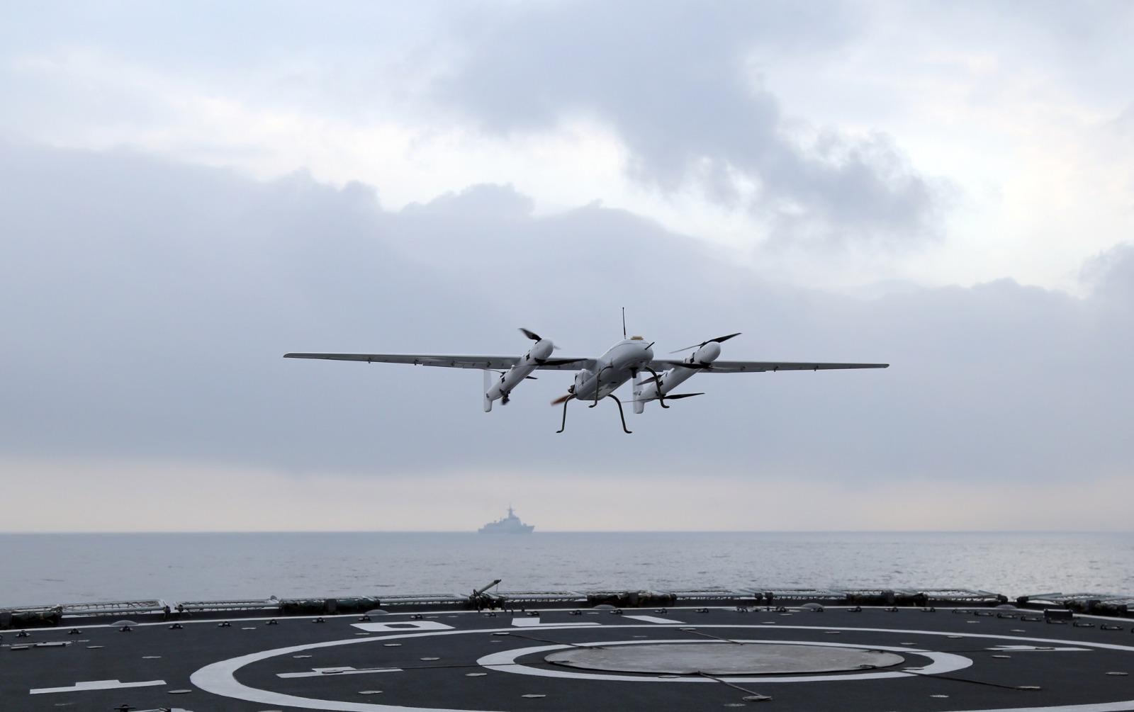 军方进行新款无人机起降舰艇演示。网图