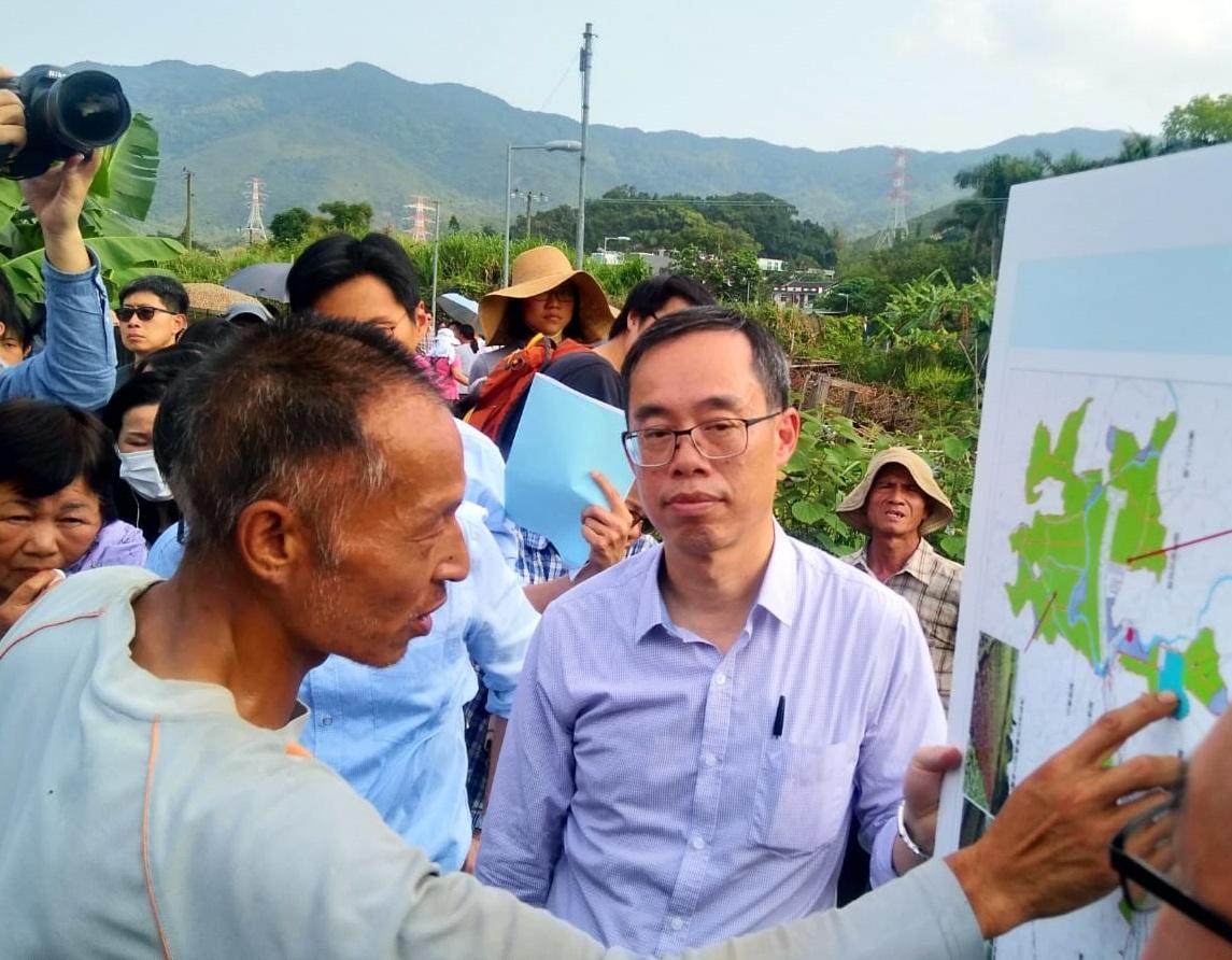 沿途有受影響村農民向官員陳情