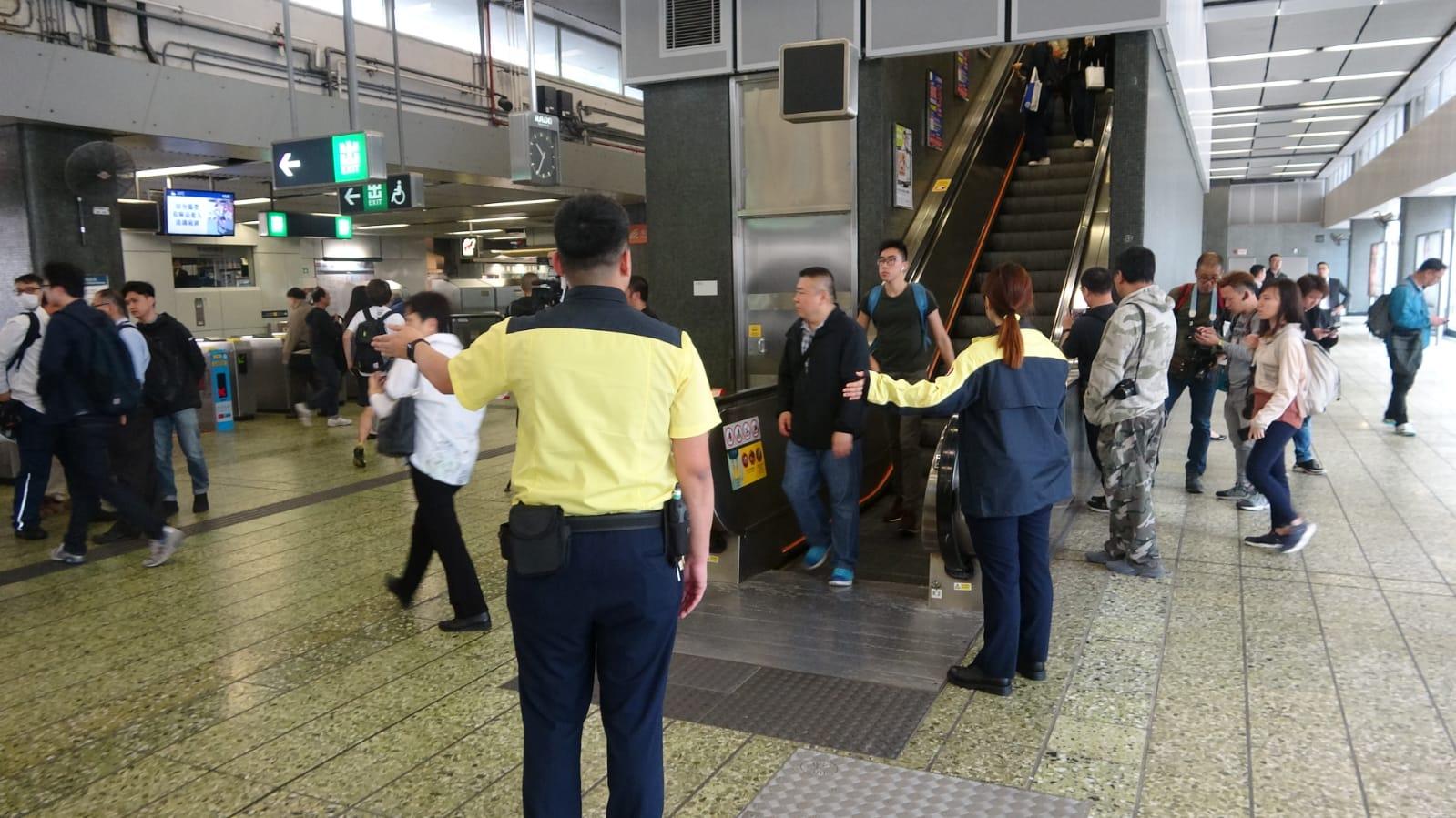 站內另一條電梯都暫停,方便乘客下來大堂。