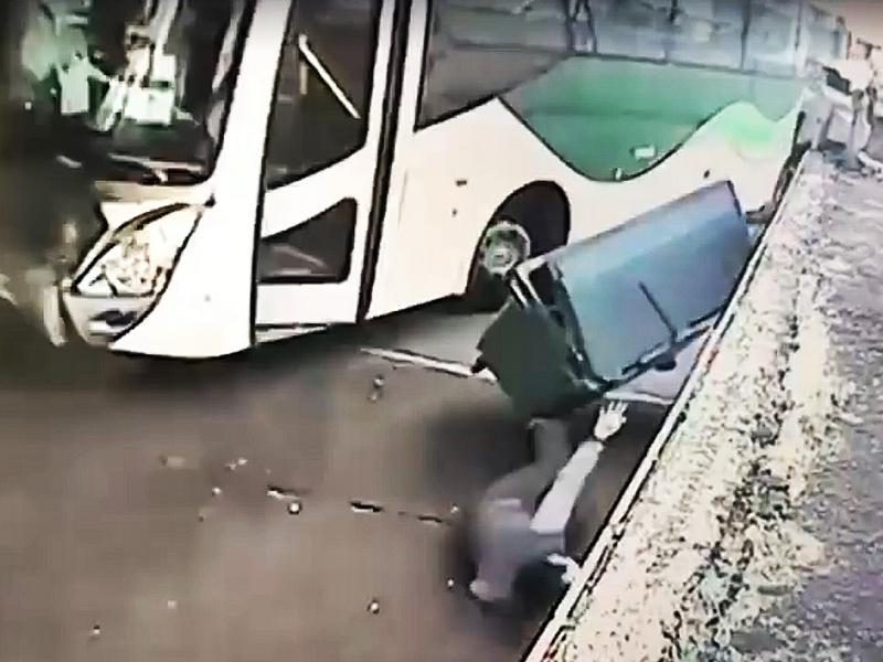 幸有垃圾箱阻擋,女工被彈開兩米外倒地,僅受輕傷。網圖