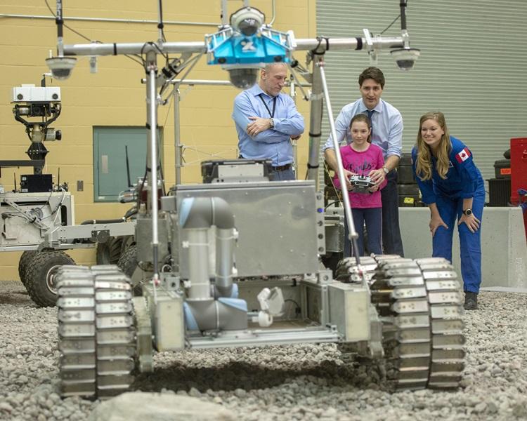 他與女兒參觀加拿大太空總部。AP