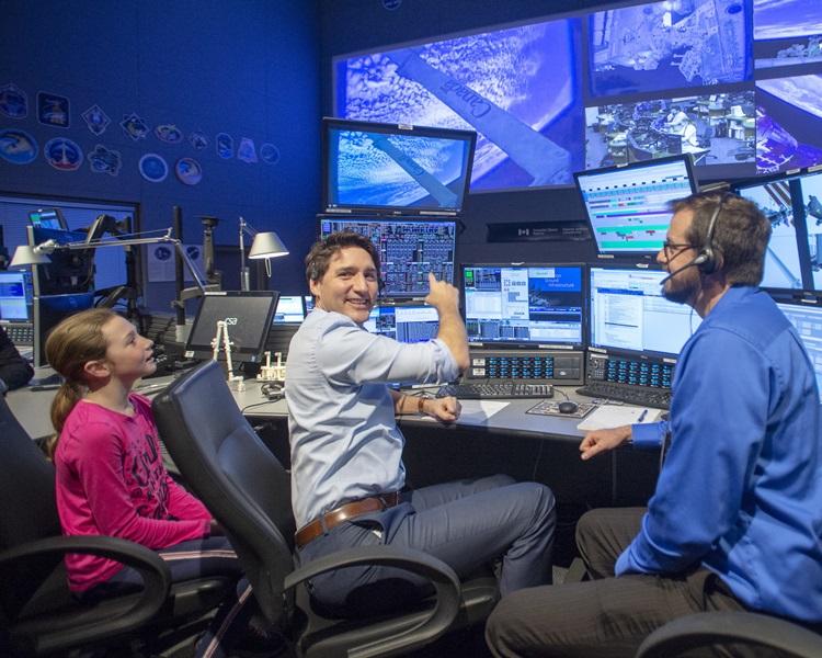 他與女兒(左)參觀加拿大太空總部。AP