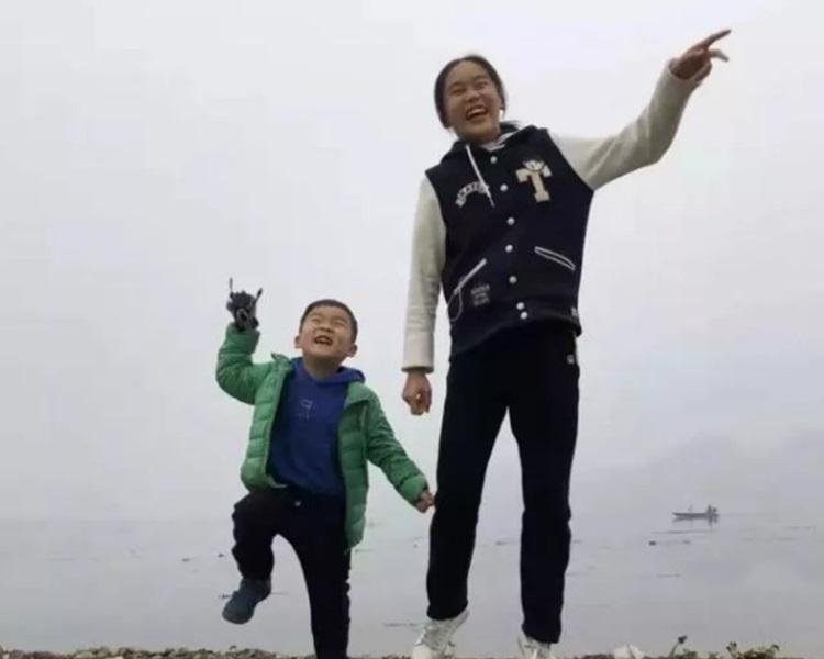 陈子墨在火海捨身护弟。影片截图