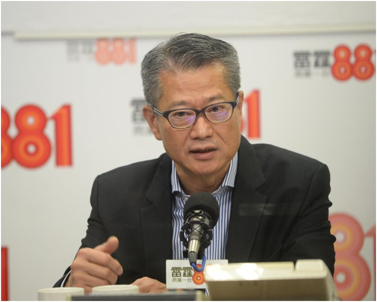 陳茂波出席電台節目解釋財政預算案。