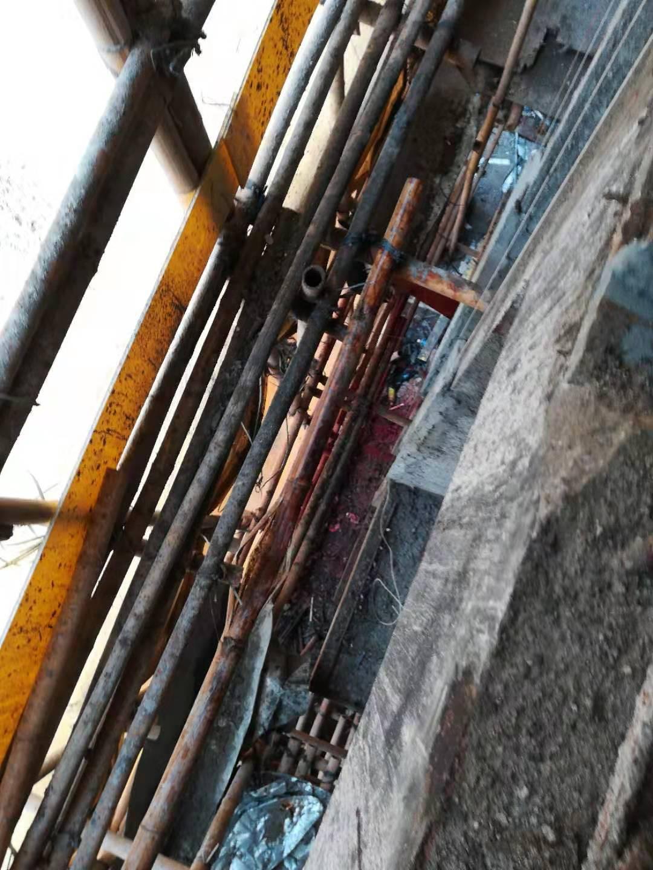 鐵通從高處墮下,擊中一名工人頭部。工友提供