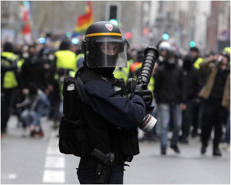 大批警察在沿途警戒。