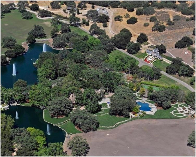 大宅佔地2700亩包括约4亩的湖连瀑布网球场及泳池等。AP