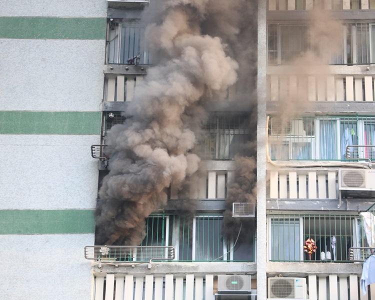 沙田新翠邨新傑樓一單位起火冒煙。