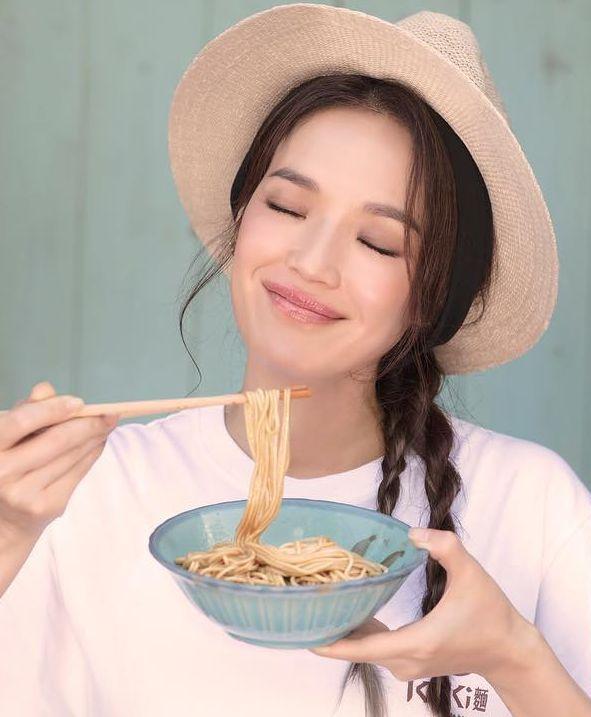 除了飲品店,舒淇推出自家品牌的拌麵,更做生招牌。