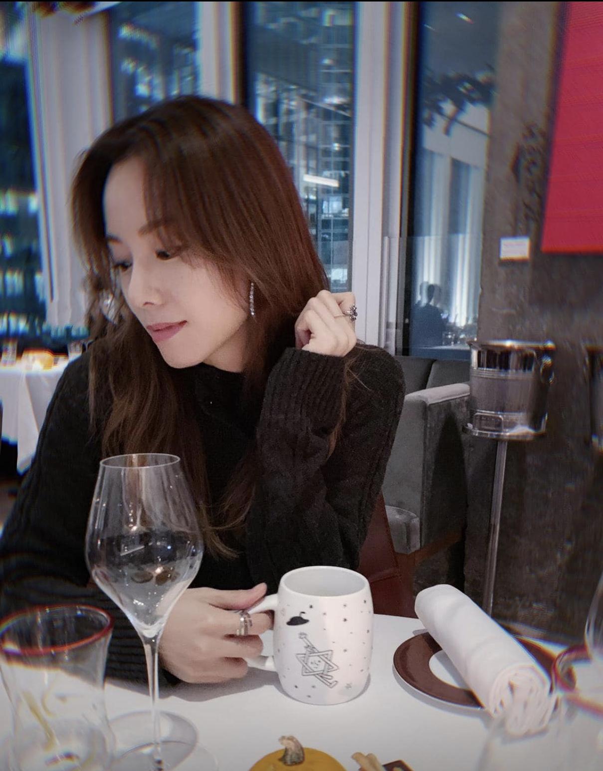 與男友一起合力設計出情人節限量版杯,鄧麗欣更做埋模特兒。