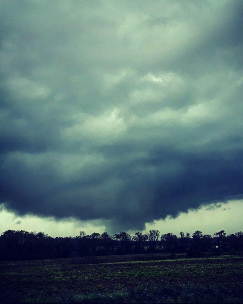 利县遭至少两股大型龙捲风吹袭。