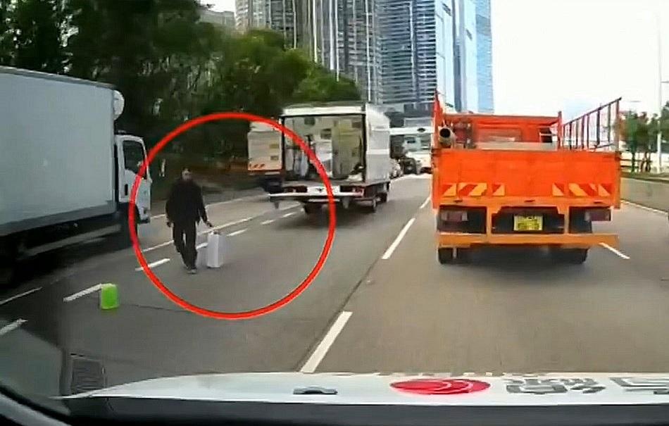 事發前司機落尾板擺貨物提醒其他車。有綫新聞截圖