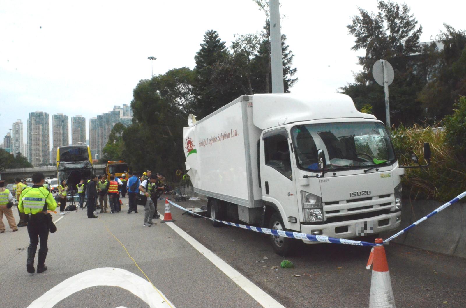 貨車被撞至衝前。