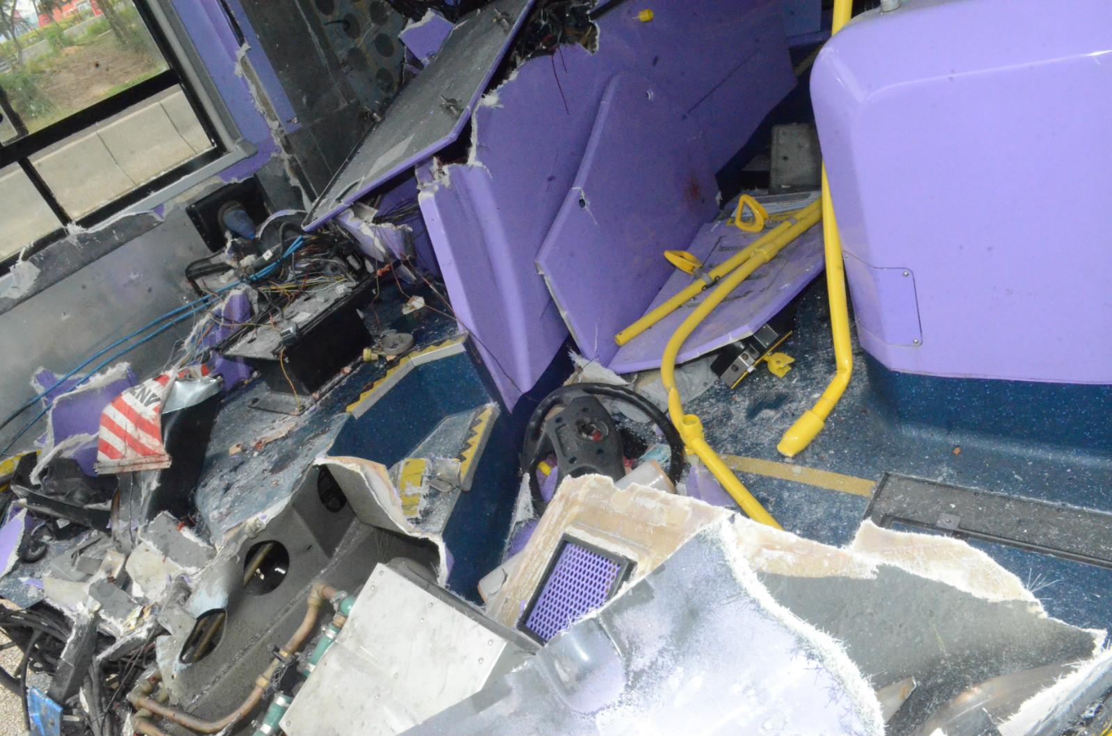 巴士車頭嚴重損毀。