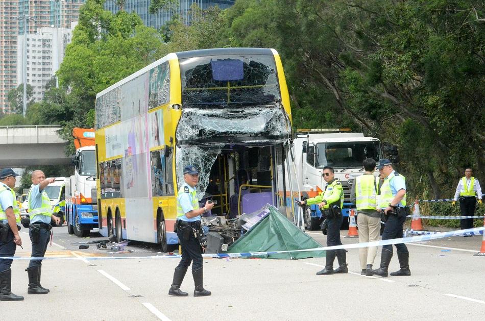 城巴車頭嚴重損毀。
