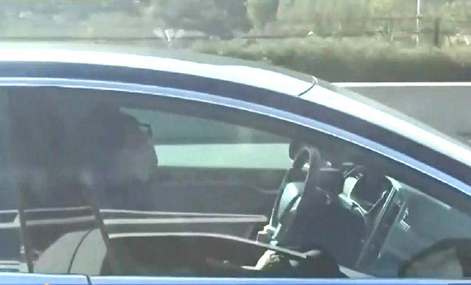 司機昏睡全靠自動駕駛控制車輛。網上圖片
