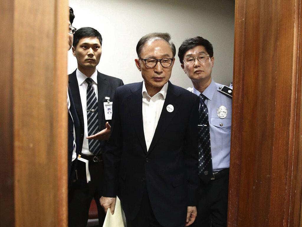 南韩前总统李明博(中)。图片
