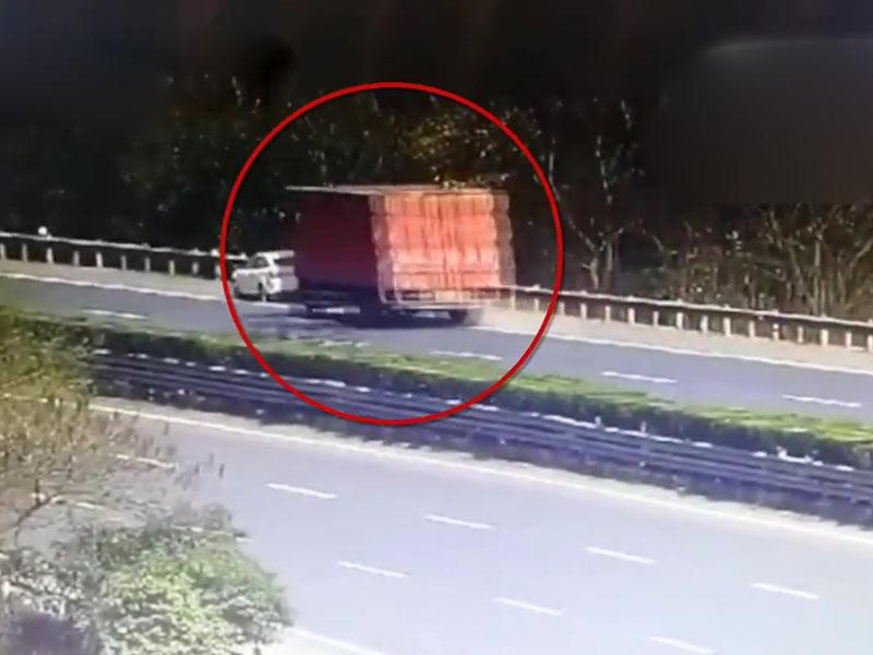 浙江杭州杭新景高速公路日前一辆货车猛烈撞上一辆停在路肩的房车,令其严重损毁。