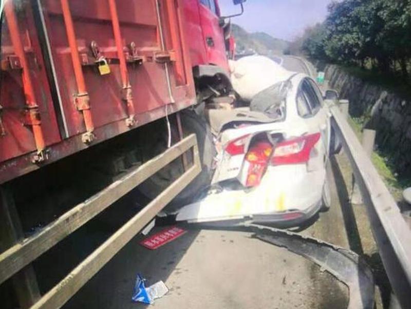 被撞白色房车被货车辗压。