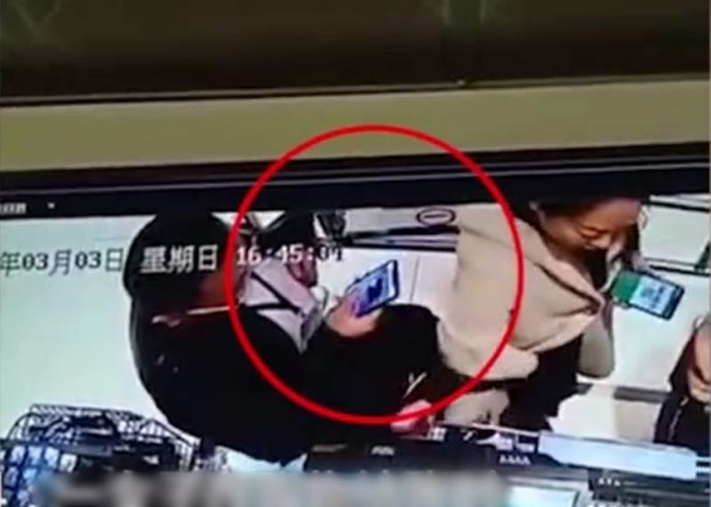 女子排队结帐时手机上的二维码,被身后男子盗刷了800元人民币。