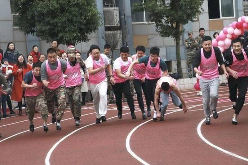 為了迎接三八婦女節,一群男老師們穿上8厘米高跟鞋跑1000米,為所在部門的女老師贏取禮物,體會女士辛苦。(網圖)