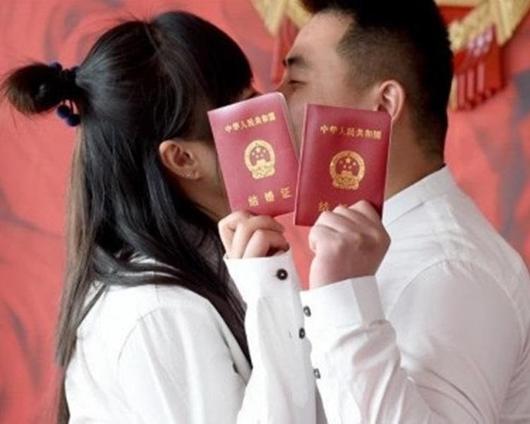 人大代表建议下调法定最低结婚年龄,被网民批评。新华社