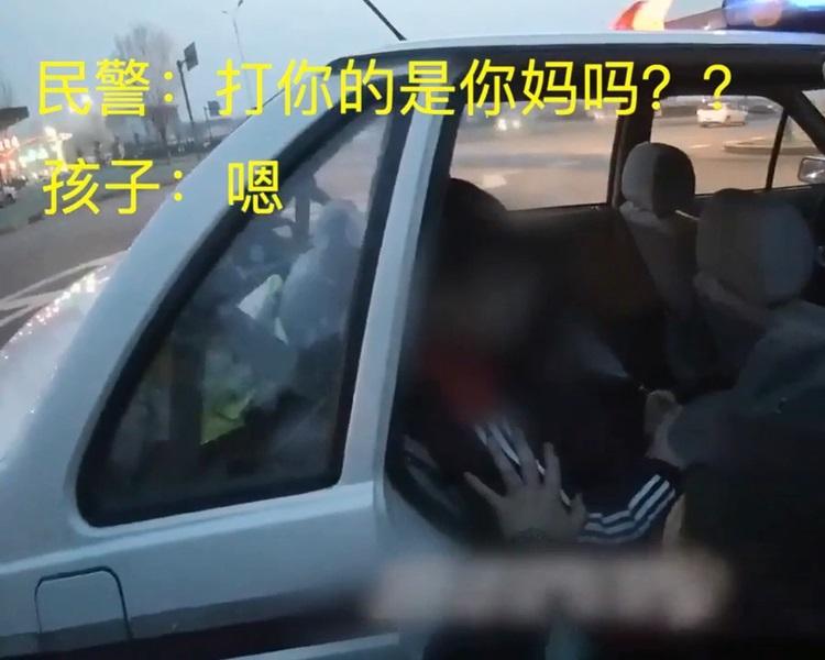 男童被遗弃在公路上。影片截图