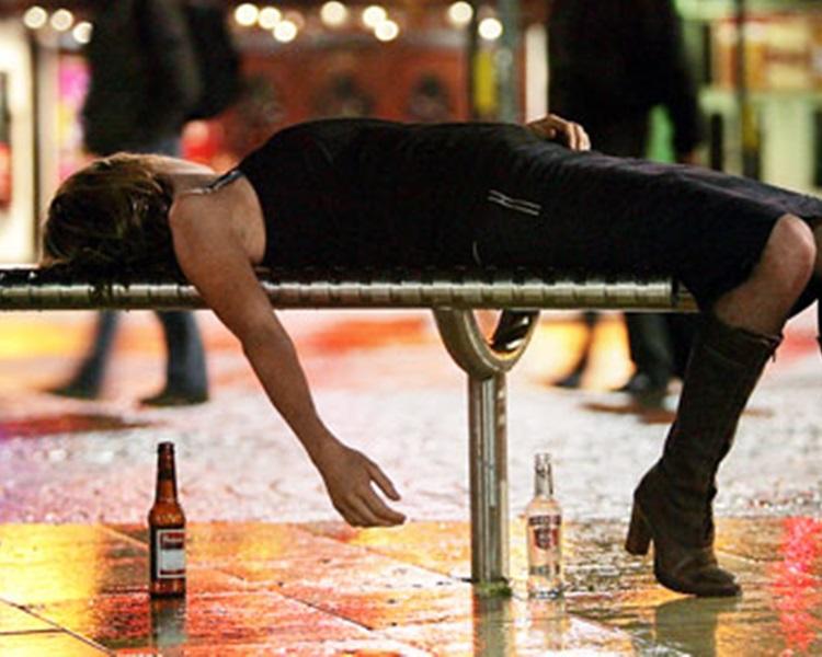 一名夜店女子醉酒后遭性侵。示意图,照片中非涉案女子。