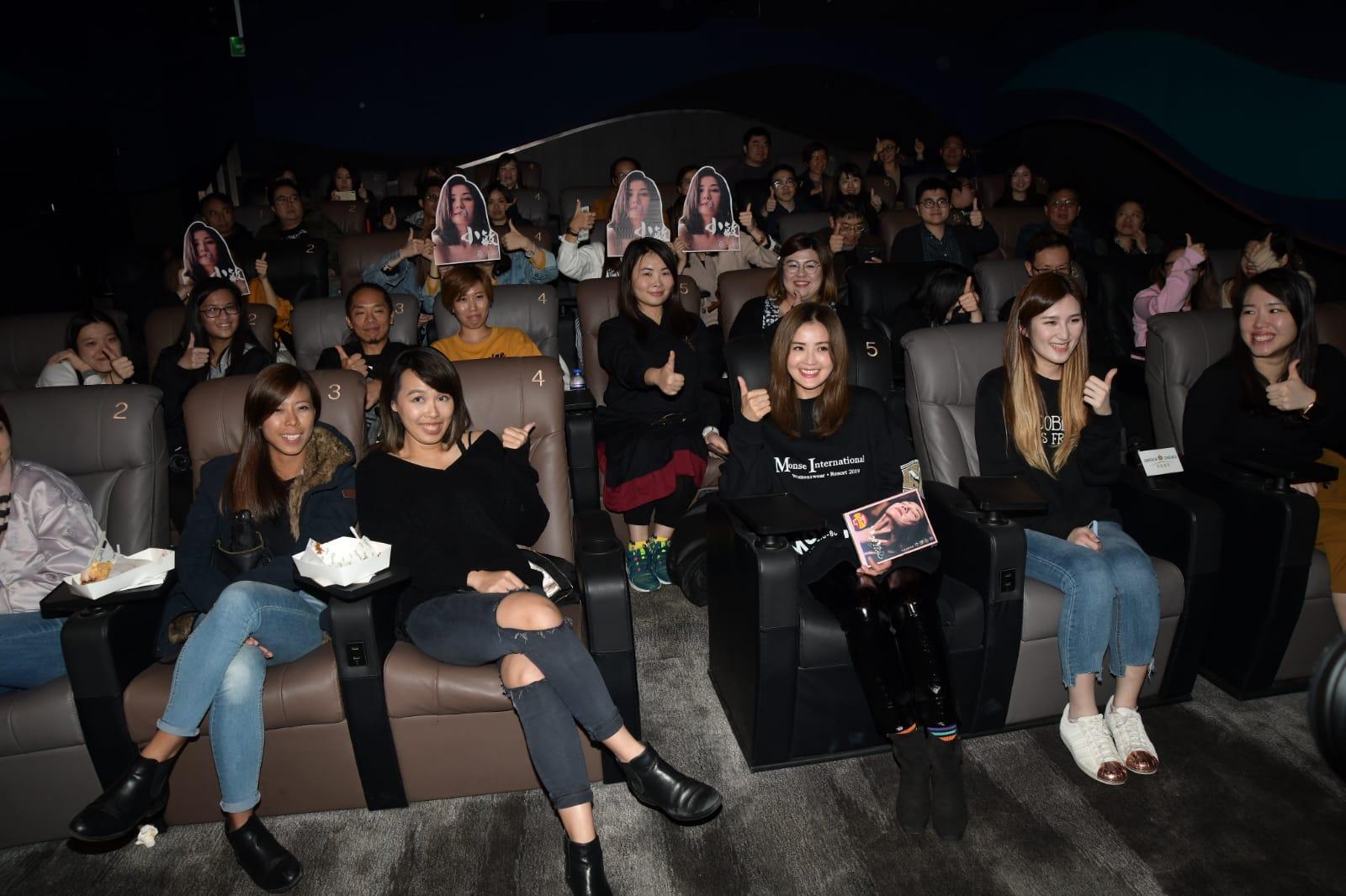 阿Sa到戲院一連走三場,為她主演之新片《非分熟女》優先場謝票。