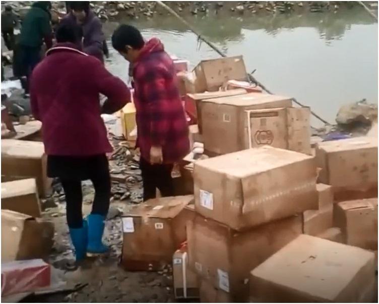 几十名村民下水帮忙打捞。网图