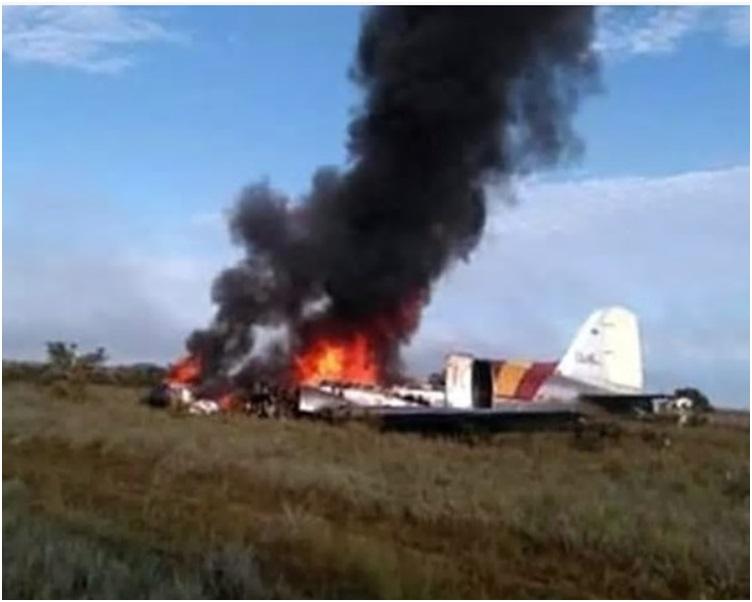 飞机失事坠毁起火冒出大量浓烟。twitter