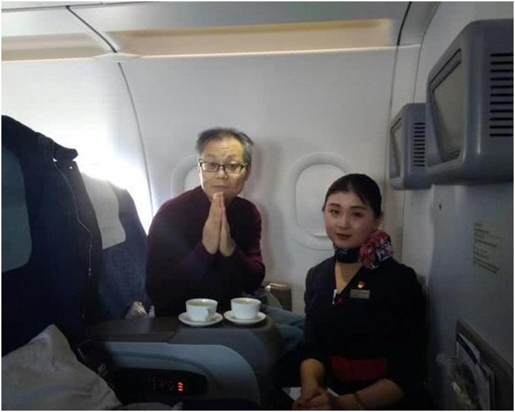 航机服务员準备了其妻生前爱饮的铁观音令凌男感动不已。网图