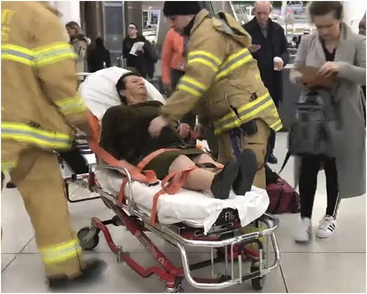 救援人员即场处理伤者后将他们送院。
