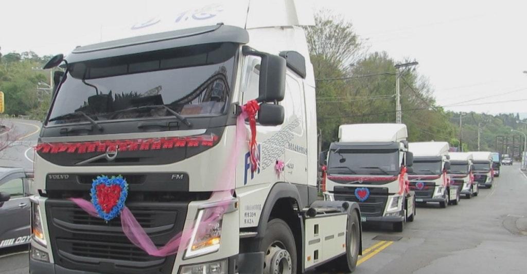 新郎出动6辆拖车头,在公路上非常壮观。网图