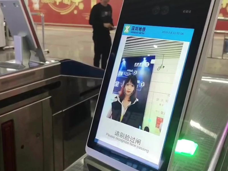 深圳首个「5G+AI」体验区在福田交通枢纽举行,除了可以刷脸坐地铁达到「无感乘车」,还有「保安机械器人」等互动体验。市民称「刷脸」坐地铁很方便。