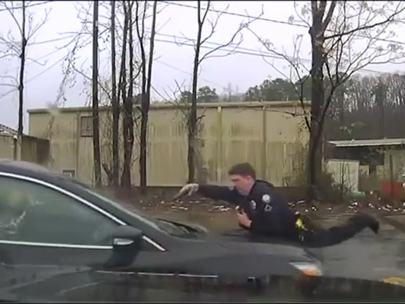 警察斯塔克趴在疑犯車頭連開十多槍將疑犯轟斃。(網圖)