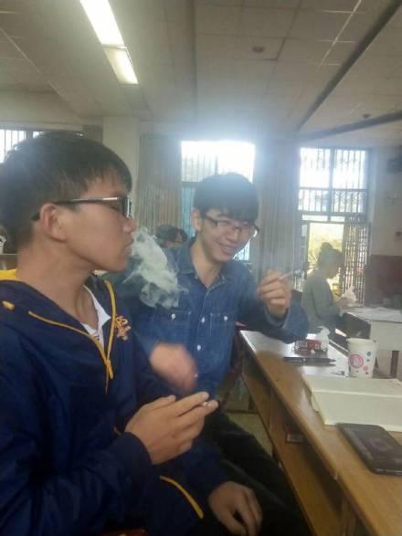 该校学生解释「品吸课」不是每天都有,也不是必须吸烟,烟草品鑒很正常。