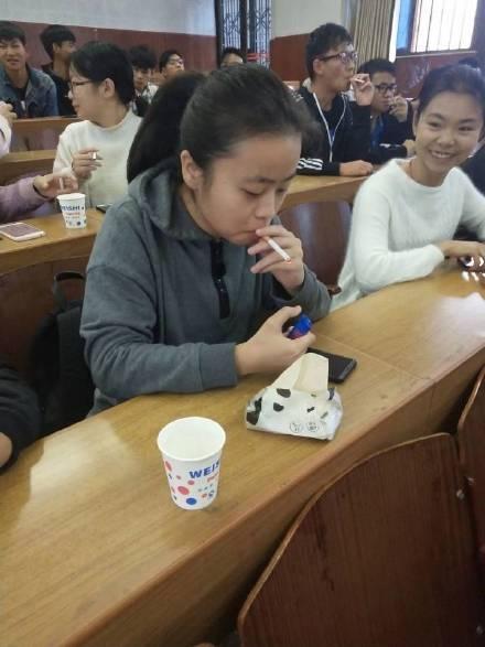 照片中学生出现集体吸烟的举动,是该系所的「专业课程」。
