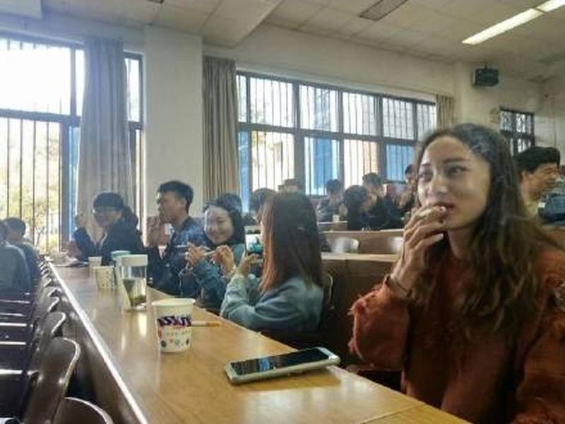 网上流传学生在课堂上光明正大吞云吐雾。