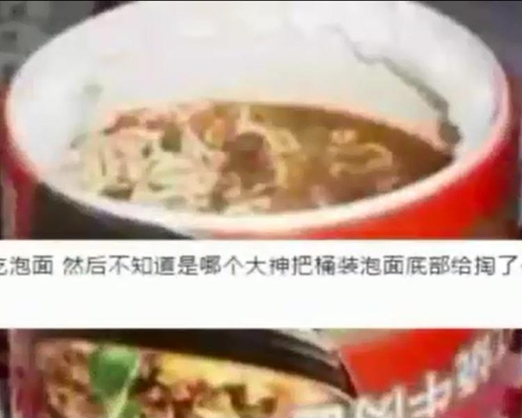 内地客将杯麵从底挖开偷食。影片截图
