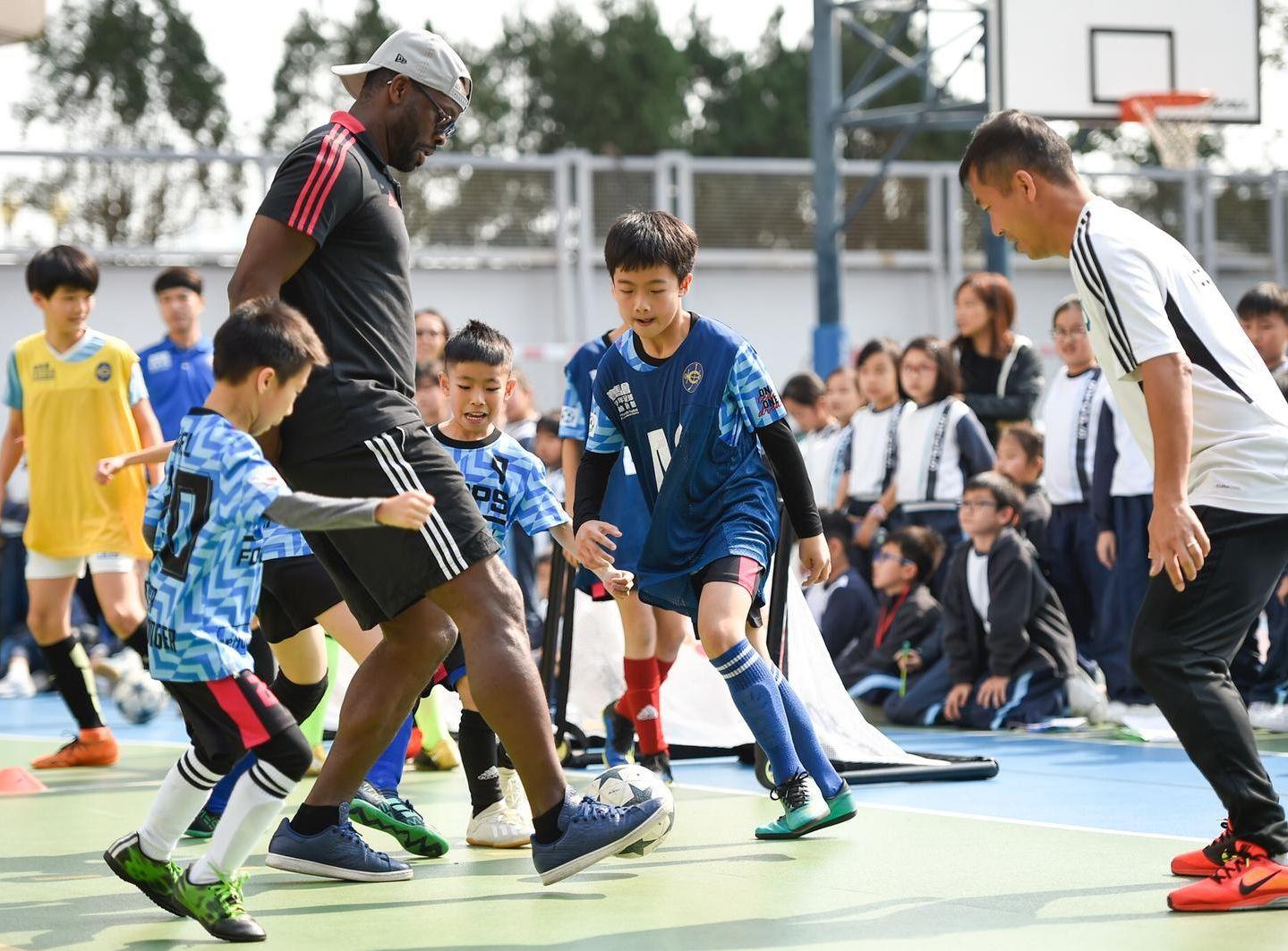 沙夏与李伟文及约百名师生,齐踢小型足球比赛。马会图片