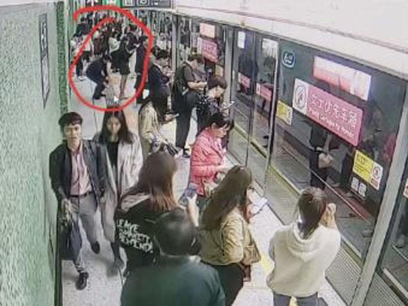 男子用手机偷拍女子裙底。
