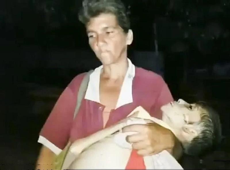 一位妈妈抱着严重营养不良女儿尸首到殓房。(网图)