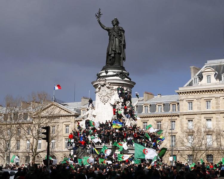 民众抗议总统角逐连任。