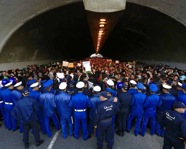 示威引发警民冲突。