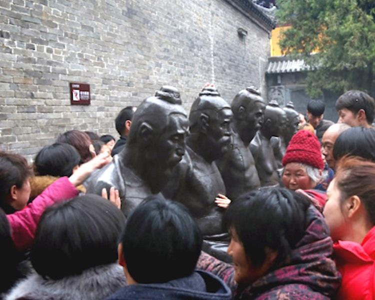 大批民众拍打秦桧等5人铁铸像。网图
