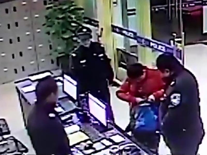 安徽一位11岁男童背着载满游戏卡片的书包来到派出所,说:「我来自首」。